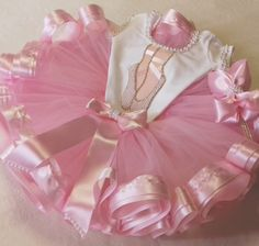 Kit tutu Bailarina  Saia de fita na barra,colan bordado em pérolas e com aplicação de sapatilha e acessorio de cabeça a sua escolha.    PARA CRIANÇAS ACIMA DE 3 ANOS ACRESCENTAR R$20  INFORMACÕES NECESSÁRIAS PARA A CONFECÇÃO DO KIT:  -idade da criança  -cintura  -Perímetro cefálico  -altura do om... Ballerina Birthday Parties, Ballerina Party, Birthday Tutu, Baby Dress Clothes, Doll Clothes, Princess Tutu Dresses, Flower Girl Dresses, Tutu Outfits, Kids Outfits