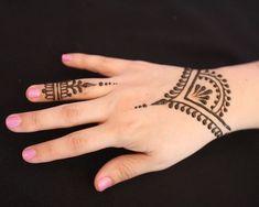 Henna-Ideen - - diy tattoo - diy tattoo images - diy tattoo ideas - diy best tattoo He Small Henna Designs, Henna Tattoo Designs Simple, Mehndi Designs For Beginners, Mehndi Art Designs, Henna For Beginners, Easy Henna Hand Designs, Tattoo Simple, Henna Tattoo Hand, Simple Hand Henna