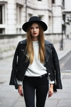 Black & White - Boho Urban Look Fashion Blogger Style, Fashion Bloggers, Leather Jacket Outfits, Urban Looks, Autumn Fashion, Rain Fashion, Black White Fashion, White Tees, Get Dressed