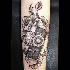 Tinta preta, traços finos e as incríveis tatuagens de Susanne König