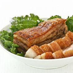 Crispy , crunchy, crackly Roast Pork Belly is a favorite of many. It can be made at home with just 4 ingredients and a little bit of patience. Roasted Pork Belly Recipe, Pork Belly Recipes, Meat Recipes, Asian Recipes, Cooking Recipes, Asian Pork, Chicharrones, Singapore Food, Pork Dishes