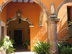 orange courtyard Beautiful Images, Beautiful Homes, Future Buildings, Mexican Home Decor, Hacienda Style, Spanish House, Tropical Vibes, Mexican Style, Backyard Ideas
