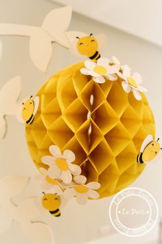 Child theme bee decoration in 2020 Bumble Bee Birthday, Baby Birthday, Decoration Creche, Bee Gender Reveal, Mommy To Bee, Bee Crafts, Bee Theme, Baby Shower Themes, Party Themes