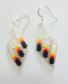 Three feather beaded earrings by Wiswasca on Etsy Native Beading Patterns, Beadwork Designs, Beaded Earrings Patterns, Seed Bead Patterns, Native Beadwork, Native American Beadwork, Brick Stitch Earrings, Bead Sewing, Bead Jewellery
