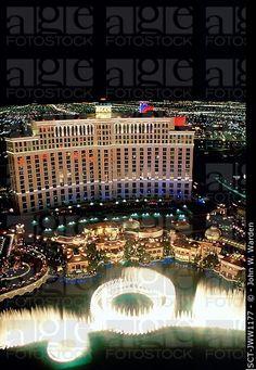 Vista aérea del Bellagio Hotel y Casino y sus famosas fuentes de agua en Las Vegas, Nevada en la noche.