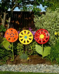 Love this recycling yard art project! I& love to mix the pops of color in my garden from the different flower yard art DIY projec. Garden Crafts, Garden Projects, Art Projects, Diy Crafts, Project Ideas, Deco Nature, Garden Junk, Garden Web, Balcony Garden