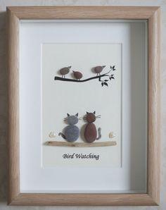 C'est un beau petit galet Art encadré photo de 2 chats je regarde les oiseaux - observation des oiseaux  fait à la main par mes soins à l'aide de galets et bois flotté  Taille de l'image y compris cadre: environ 22 cm x 17 cm  Merci de votre visite Doris   Facebook: https://facebook.com/Pebbleartbyjewlls4u      Code du produit: P - Rose