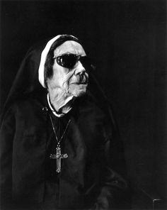 Imogen Cunningham: Nun at Sacred Heart, Oakwood, 1976 / B & W / Photography Portrait Photography Men, Old Photography, People Photography, Portland, Ellen Von Unwerth, Annie Leibovitz, Vivian Maier, Black And White Portraits, Black And White Photography