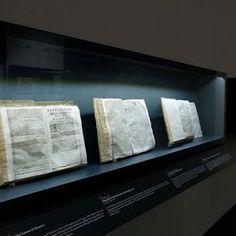 """Sistemi espositivi Museofab per allestimenti museali. Vetrine a parete, Mostra """"350 anni della Gazzetta di Mantova"""""""