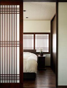 和モダンなインテリア。情緒ある空間づくりのコツ | リノベーションスープ Asian Interior, Japanese Interior, Japanese Design, Interior Styling, Partition Design, Lake Cottage, Home Upgrades, Asian Style, Windows And Doors