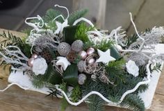 Christmas Arrangements, Christmas Centerpieces, Diy Christmas Ornaments, Xmas Decorations, Floral Arrangements, Christmas Wreaths, Christmas Flowers, White Christmas, Christmas Time