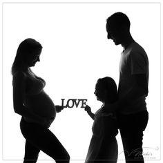 Shooting future maman en famille en contre-jour  pour immortaliser avec vos ainés l'arrivée de bébé ! Un moment en famille important avant l'arrivée de bébé ! #pregnant #shadow #family #contrejour Future Maman, Important, Moment, Silhouette, Studio, Baby Arrival, Baby Born, Photography, Bebe