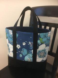 Jossain facebookin ompeluryhmistä oli kuva kasseista, sellaisista ihan tavallisista, mutta kuitenkin jotenkin erilaisista. Ne jäivät sen ver... Hobbies And Crafts, Handicraft, Repurposed, Purses And Bags, Diaper Bag, Projects To Try, Lunch Box, Textiles, Tejidos