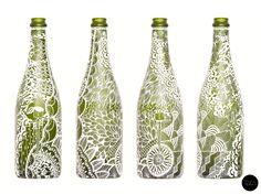 Com uma caneta e muita criatividade, designer transforma garrafas vazias em objetos de decoração personalizados