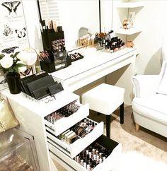 Makeup Room Ideas room DIY (Makeup room decor) Makeup Storage Ideas For Small Space - Tags: makeup room ideas, makeup room decor, makeup room furniture, makeup room design Rangement Makeup, Make Up Storage, Storage Ideas, Vanity Room, Closet Vanity, Mirror Vanity, Vanity Decor, Vanity Set, Glam Room