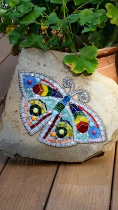 used an image found on Pintemrest. Mosaic Diy, Mosaic Garden, Mosaic Crafts, Mosaic Projects, Mosaic Tiles, Garden Art, Mosaic Rocks, Mosaic Stepping Stones, Mosaic Glass