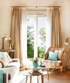 Doble caída en el salón. Añade a tus cortinas unos visillos para darles un aire más vestido. Lo ideal es que la barra sobresalga unos 15 cm a cada lado.