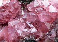 Rhodochrosite crystals - pretty in pink! Crystals And Gemstones, Stones And Crystals, Gem Stones, Pink Gemstones, Cl Fashion, Pink Quartz, Rose Quartz, Pink Amethyst, Sapphire