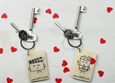 #Llaveros de madera románticos para San Valentín. Diseño original de Blurs Studio. Hechos a mano. #diseñográfico #handmade #llaverodemadera #hechoamano #diyprojects
