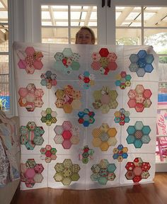 "Hexagon flowers - this might be a good start to making the ""Grandmother's Flower Garden"" quilt on my someday-to-make quilt list Patchwork Hexagonal, English Paper Piecing, Cool Diy Projects, Quilt Tutorials, Quilt Making, Quilt Patterns, Hexagon Quilt Pattern, Hexagon Quilting, Quilt Blocks"