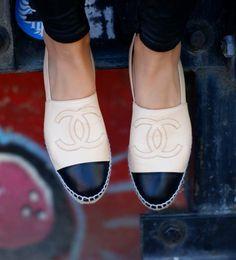 Nos encantan estas alpargatas de Chanel, ¡perfectas para el verano!