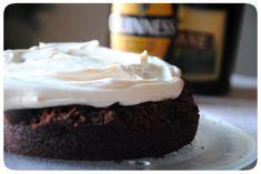 Guinness cake au chocolat et crème mascarpone au bailey's. Un gâteau au chocolat et à la bière Guinness, dense et moelleux et garni d'une crème mascarpone au Bailey's. La recette par Crème de Sucre.