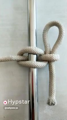 Dies ist ein Marlinspike-Knoten, der am Ende gebunden ist – eigentlich eine Bucht This is a marlin spike knot tied at the end – actually a bay. Survival Knots, Survival Tips, Survival Skills, The Knot, Rope Knots, Macrame Knots, Sailing Knots, Knots Guide, Paracord Projects