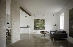 Cimento queimado aquece lar de artista  Com calefação embutida, piso distingue a morada