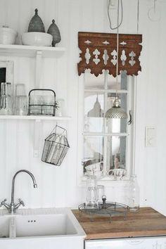 Romantiska Hem: Kök Note:the lovely architectural salvage on window. Kitchen Decor, Kitchen Inspirations, Decor, Kitchen Interior, Home Kitchens, Home, Interior, Home Decor, Country Kitchen