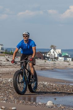 Routes for all types of cyclists!  Whether you are enthusiastic about family biking, bicycle touring, cyclosports, mountain biking, or fatbikes, the Gaspésie has a route for you! Nearly twenty recreational cycling paths are found throughout the region. Paved, dirt, or gravel trails are perfect for a family outing. 📷Mathieu Dupuis Fat Bike, Family Outing, Loin, Cyclists, Cannes, Mountain Biking, The Twenties, Touring, Road Trip