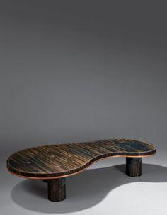 Jean ROYÈRE (1902-1981) Table basse modèle «Flaque» entièrement recouverte de paille de couleur noir, rouge, verte et jaune sur paille de seigle à plateau libre et dalle de verre en découpe. Piètement… - Oger - Blanchet - 05/06/2015