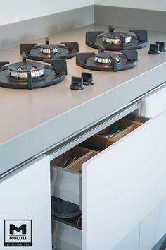 Ontwerp en realisatie. Keuken met mooie strakke lades en kastjes en pitcooking. www.molitli-interieurmakers.nl