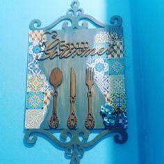placa gourmet Diy Cutting Board, Decoupage Art, Wood Creations, Frame Crafts, Open House, Pallet, Living Room Decor, Diy And Crafts, Mandala