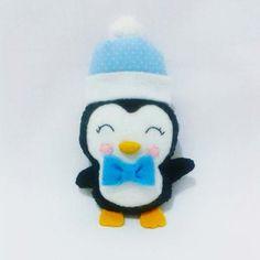 Pinguim Baby Esse Pinguim Baby é puro amor. Confeccionado em feltro, com enchimento siliconado, chapéu em tecido e filtro, gravatinha em feltro.  Pode ser feito em outras cores. Consulte-nos.  O tempo de produção pode variar de acordo com a demanda da loja.