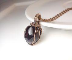 Najkrajší darček, granát almandín,  drôtený, tepaný a patinovaný medený šperk, drôtikovaný prívesok s minerálom, šperky s kameňom, blog od Zirnitra so špekami z minerálov.