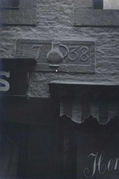 Maastricht. Gevelsteen 'In den Kulschen Pot' 1738, Nieuwstraat 1-3.
