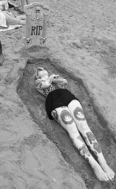 This is AMAZING!! Need to do this this summer ⚰ credit @meagankyla ✌ #summergoth #summerpunk #halloweenatthebeach #halloweeneveryday