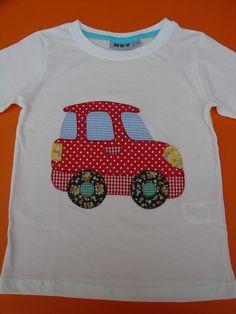 Camiseta blanca con coche de aplicaciones patchwork en rojo.