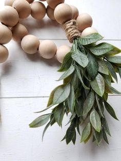 Natural DIY Easter wreath with speckled eggs Crafts To Do, Diy Craft Projects, Bead Crafts, Decor Crafts, Home Crafts, Diy Crafts, Craft Ideas, Wood Bead Garland, Beaded Garland
