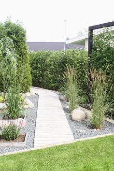 Backyard landscaping designs can provide us with a private refuge. Obtain our ideal landscaping ideas for your backyard and also front yard, consisting of landscaping design, yard ideas, flower Design Jardin, Contemporary Garden, Yard Design, Front Yard Landscaping, Landscaping Ideas, Mulch Landscaping, Inexpensive Landscaping, Garden Planning, Garden Paths