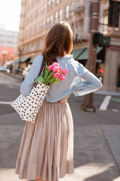 chemise bleu clair pour les femmes modernes, jupe longue plissée