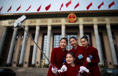 6. März 2016. Der Individualismus schreitet auch im sozialistischen China weiter voran – wie diese vier Hostessen des Nationalen Volkskongresses beweisen, die sich mittels Selfie Stick vor der Großen Halle des Volkes in Peking ablichten.