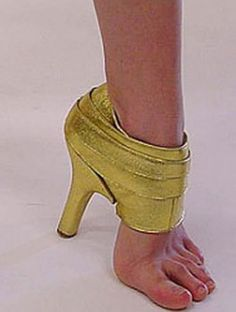 World Most Bizarre Shoes Ever? OH wait . Never mind . These aren't shoes . Source by shoes Fashion Fail, Weird Fashion, Fashion Shoes, Fashion News, Shoe Boots, Shoes Heels, Pumps, Funny Shoes, Weird Shoes