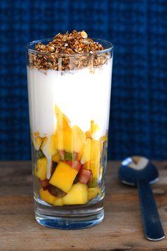 Kveldmat i et glass. Mango Yoghurt, Food Hacks, Food Tips, Summer Recipes, Panna Cotta, Oatmeal, Pudding, Vegetarian, Snacks