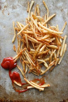 Crispy Skinny French Fries by Heather Christo. I should just rename my kitchen board carbs galore. Healthy Vegan Snacks, Healthy Eating, Healthy Recipes, Vegan Meals, Crispy French Fries, Side Dish Recipes, Side Dishes, Potato Dishes, Love Food