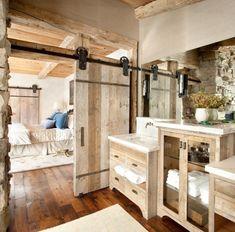 baño acogedor en tonos claros revestido de madera, muebles de baño rusticos de encanto, grande espejo #mueblesdebaño