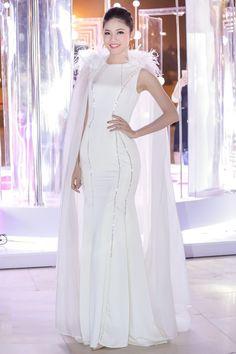 """Trong ngày thứ 3 của Tuần lễ Thời trang Quốc tế Việt Nam, các tín đồ thời trang không thể quên sự xuất hiện ấn tượng của dàn """"Bông hậu"""" trong những chiếc váy áo lông kết hợp cùng đầm dạ hội sang chảnh, quý phái và đầy lôi cuốn."""