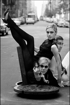 Burt Glinn's portrait of Andy Warhol, Edie Sedgwick and Chuck Wein 1965 by Helmut Newton Edie Sedgwick, Helmut Newton, Robert Mapplethorpe, Film Noir Fotografie, Pop Art, Art Photography, Fashion Photography, Andy Warhol Photography, Artistic Portrait Photography