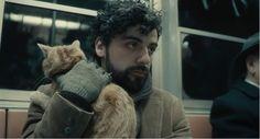 A propósito de Lewin Davis. Una luz fría y colores apagados caracterizan a esta fotografía. El protagonista va en el metro, pero es como si no hubiera nadie más, se siente solo para con el mundo, esto es lo que nos hace ver al autor con la iluminación fría, suave, tenue, carente de vida. Y este sentimiento de soledad que transmite el personaje, se ve reforzado por su gesto de sujetar al gato. Luz que produce una iluminación casi plana, sin separar al personaje del fondo.