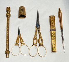 French Napoleonic 18K Gold Sewing Tools Set Carved Etui Case Thimble 2 Scissor (tools)